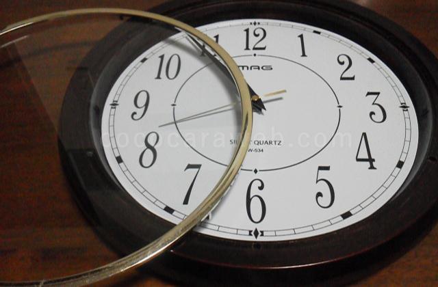 掛け時計のガラス部分を外す