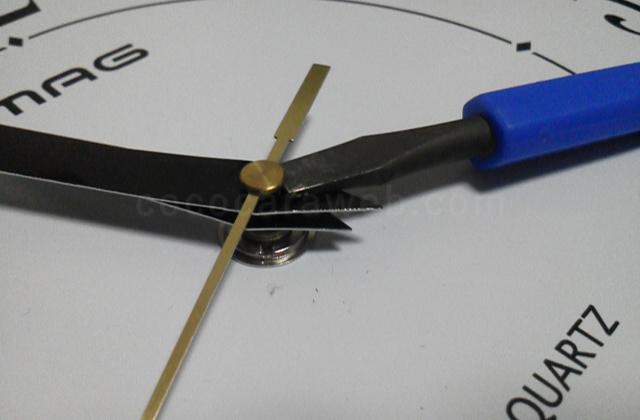 掛け時計の秒針と長針と短針を外す